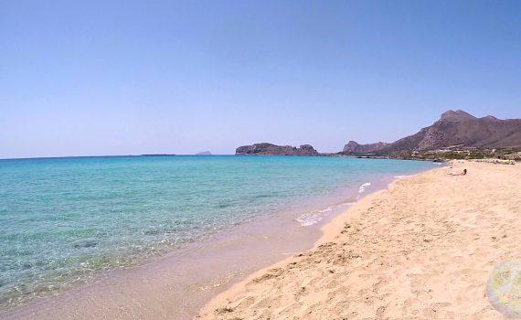 Długa, piaszczysta plaża Falasarna na Krecie w Grecji.